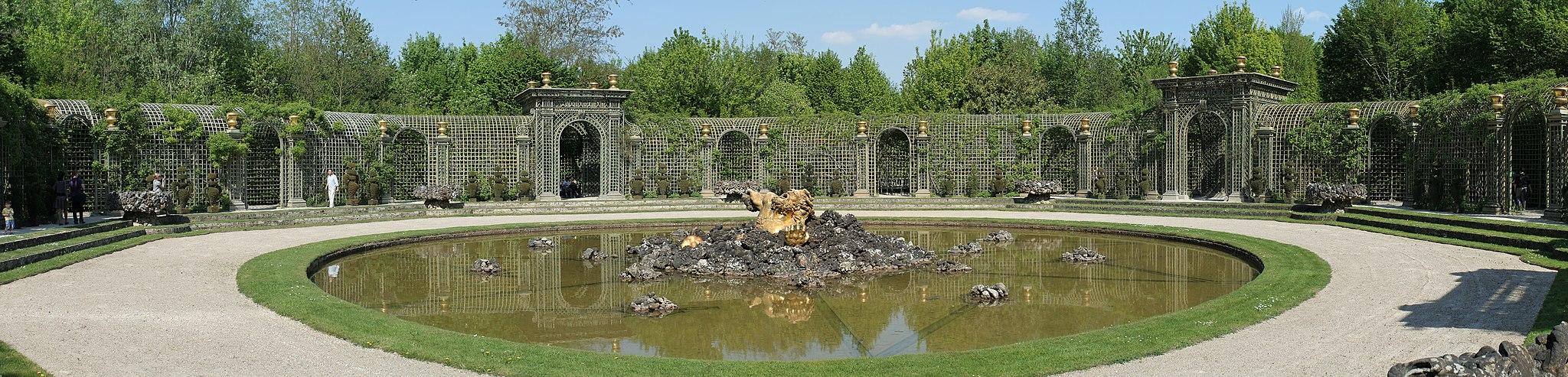 Parc de Versailles, bosquet de l'Encelade. Vue générale du bassin.